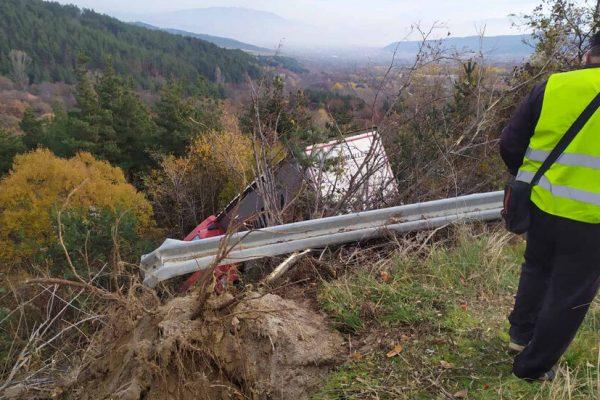 Катастрофа на пътя към границата с Македония, камион полетя в дере
