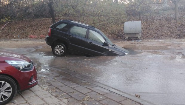 Зрелищен инцидент! Кола пропадна в Пловдив