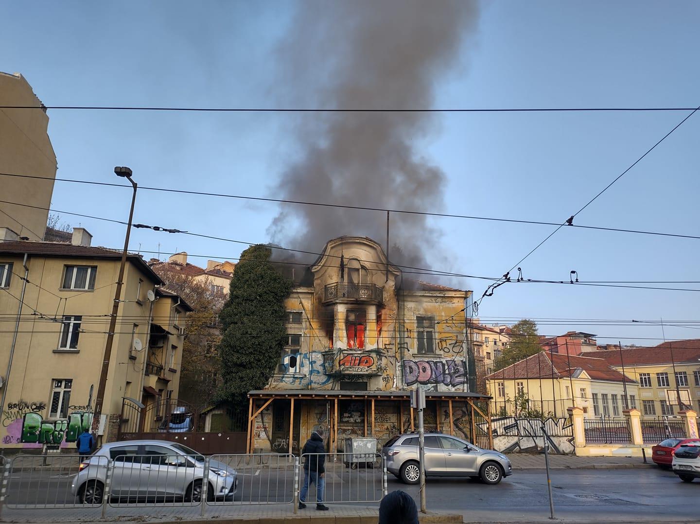 Пламна бившата сграда на Виетнамското посолство в София (СНИМКИ)