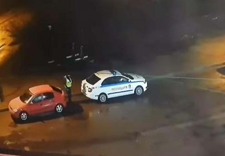 Нагло! Полицай свали емблемата на автомобил (ВИДЕО)