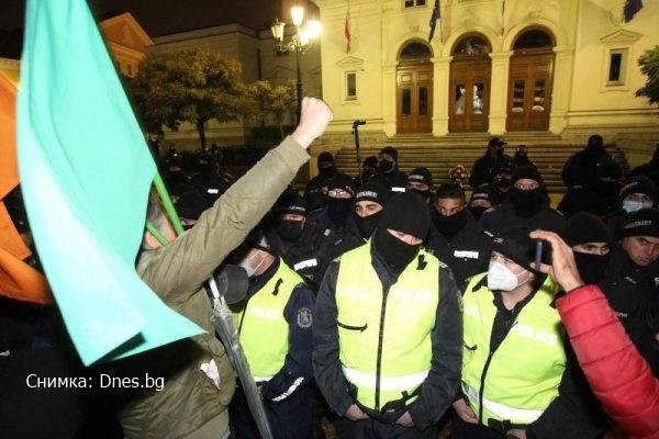 След протеста в София! Счупиха витрини, хвърляха димки в Триъгълника на властта