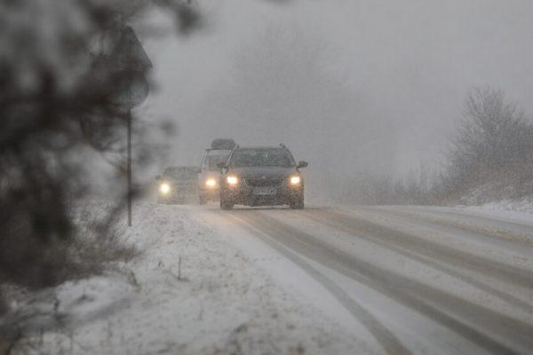 """Зимата идва! Първи сняг заваля на """"Петрохан"""""""
