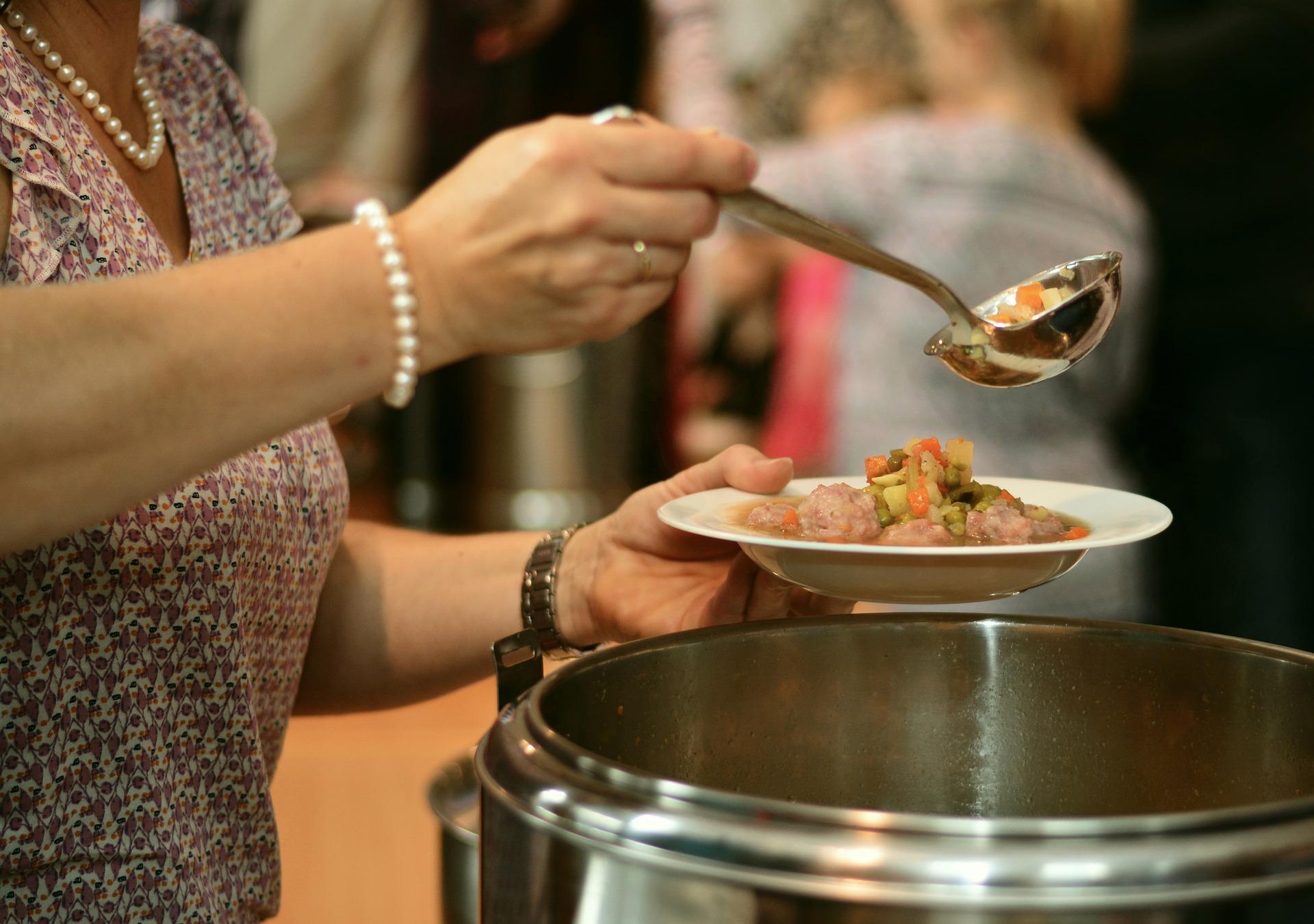 Добро дело! Смолянски гимназисти готвят за лекари в COVID отделение