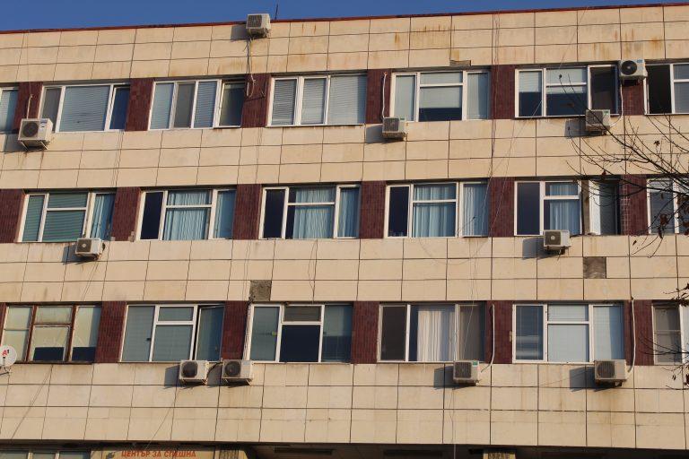 Жена почина пред болницата в Благоевград, обикаляла от врата на врата