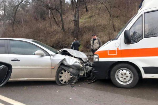 Тежък сблъсък между коли и линейка в София