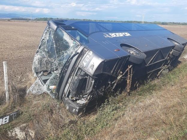 Автобус се преобърна край Панагюрище, има пострадали