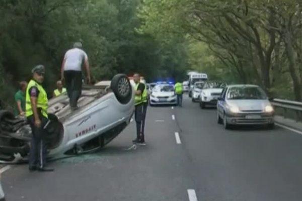 Зрелищна катастрофа в Кресненското дефиле, обърна се кола