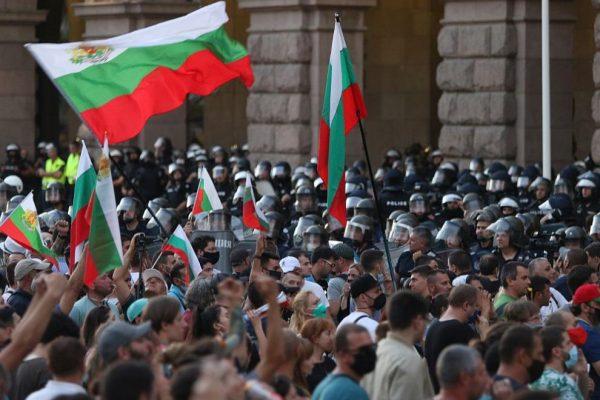 """Протестиращи срещу правителството блокираха бул. """"Дондуков"""" в София"""