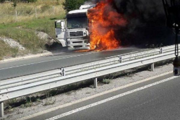 """Извънредно! ТИР се запали на магистрала """"Тракия"""""""