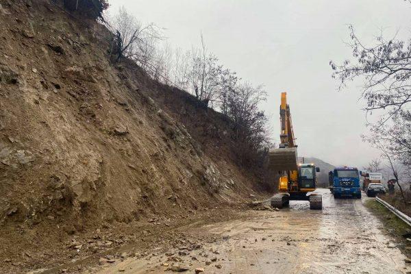 Срутище затвори за часове пътя към село край Банско (СНИМКИ)