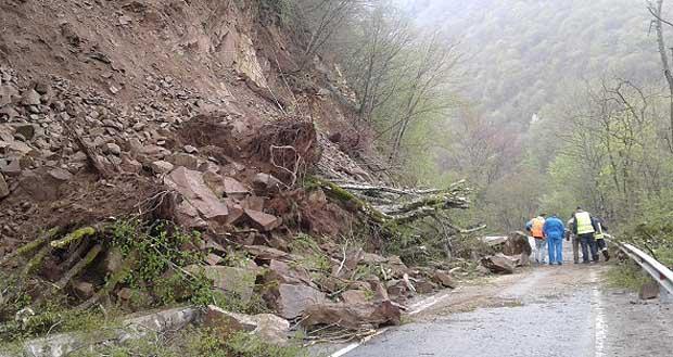Земна маса се срути на пътя край Симитли и в Кресненското дефиле