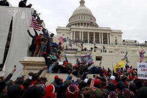 НА ЖИВО: Безредици в САЩ! Привърженици на Тръмп нахлуха в Капитолия, застреляха човек